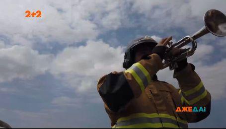 В Рио-де-Жанейро пожарный поднимает дух местным жителям игрой на трубе
