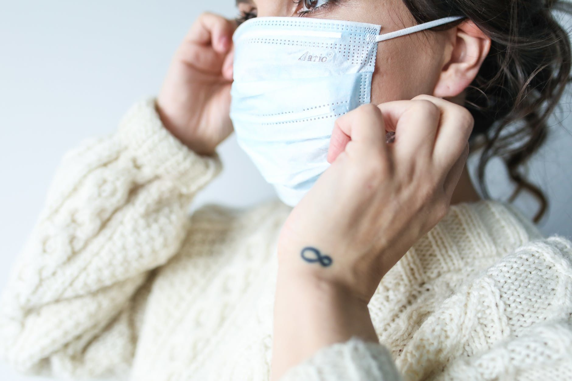 дівчина у масці, коронавірус