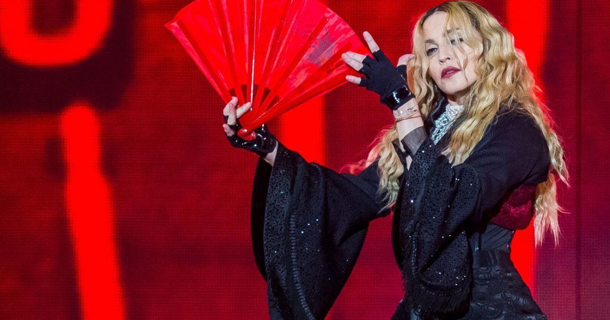 Громкие скандалы с участием Мадонны: голые ягодицы для Папы Римского и срывание одежды с фанатки