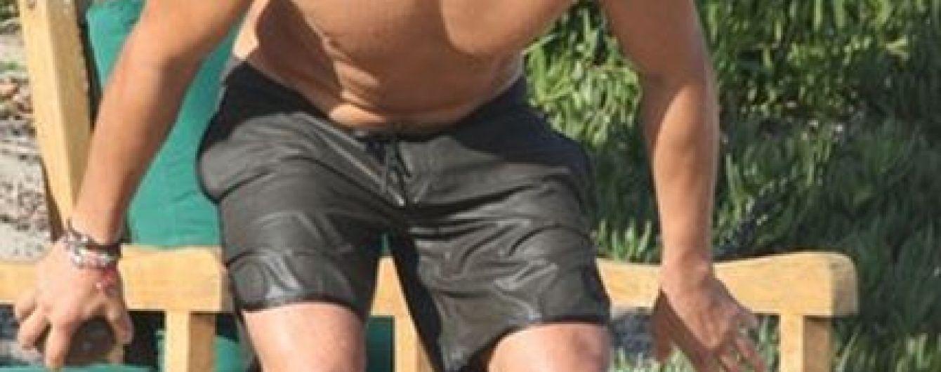 Орландо Блум засветил свой торс на пляже