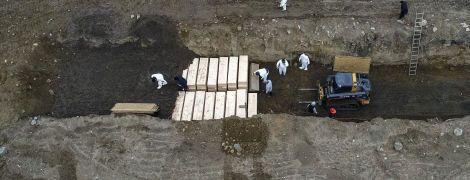 """Нью-Йорк став світовим епіцентром коронавірусу: жертв COVID-19 почали ховати у """"братських могилах"""""""