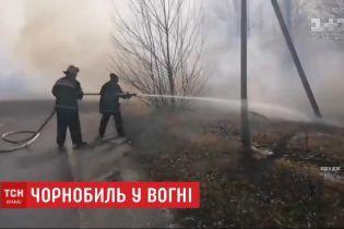 Пожежа у Чорнобильській зоні не вщухає: як рятувальники борються з вогнем