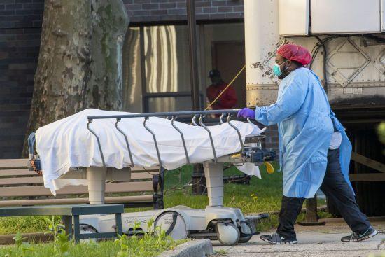 У Нью-Йорку виявили кілька вантажівок переповнених тіла померлих від коронавірусу