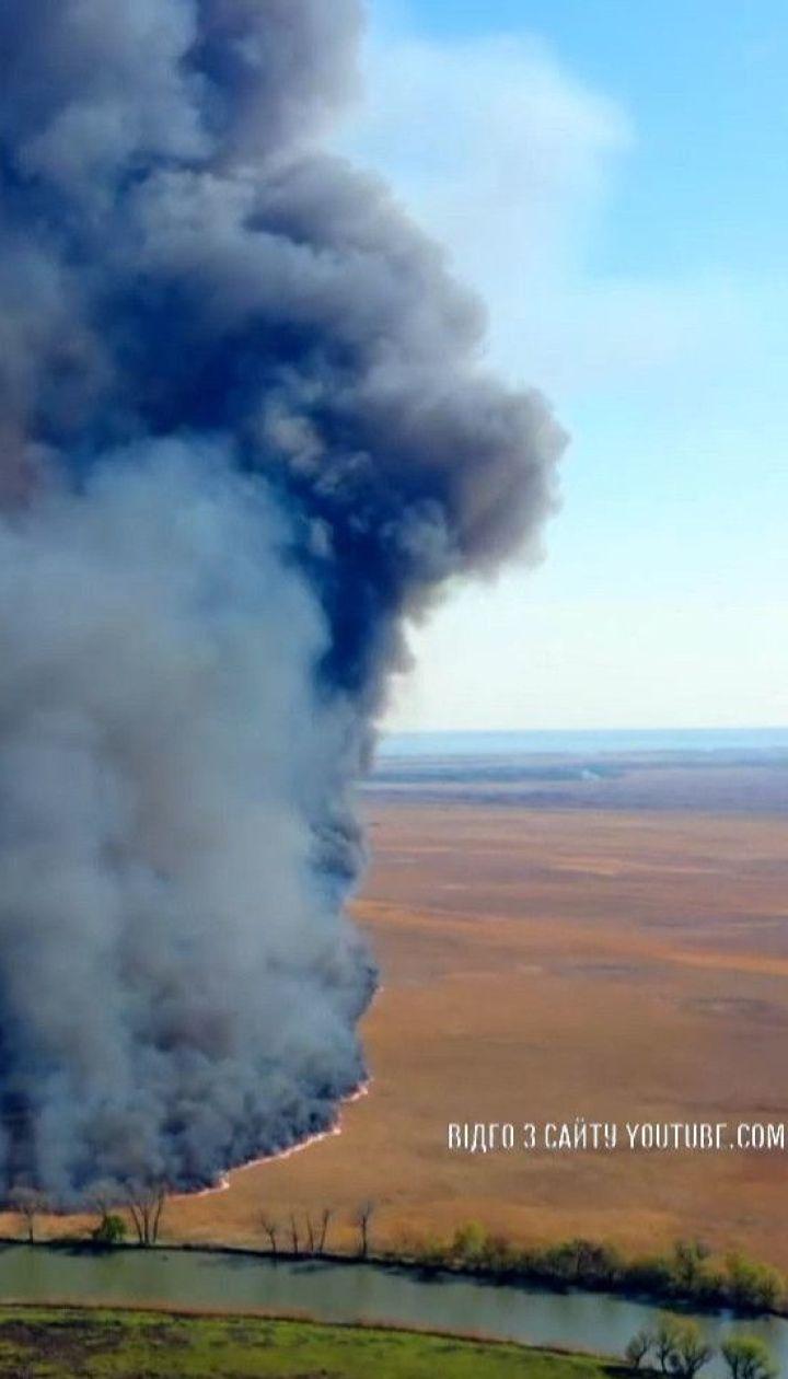 Через паліїв сухої трави Україна в буквальному розумінні палає