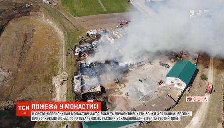 Пожар в Ровно: в Свято-Успенском соборе загорелись и начали взрываться бочки с горючим