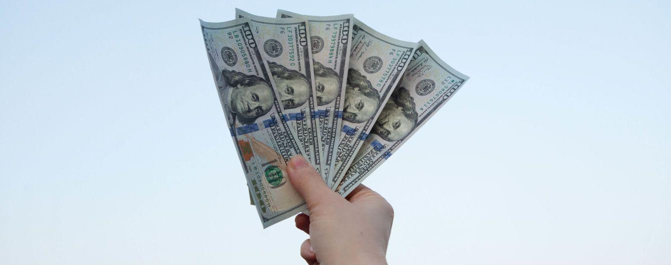 """Перед выходными доллар подешевеет: курсы валют Нацбанка, обменников и """"черного"""" рынка"""
