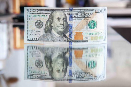 """Після трьох вихідних долар і євро здешевшають: курси валют Нацбанку, обмінників та """"чорного"""" ринку"""