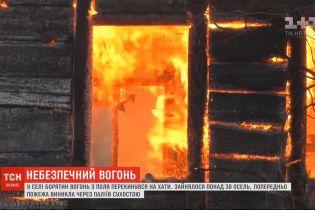 В селе Борятин огонь с поля перекинулся на дома