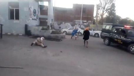 В Индии сняли, как возмущенный карантином мужчина мечом отсек копу руку