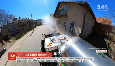 Во Львовской области улицы Борислава обрабатывают из снежной пушки раствором хлора