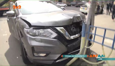 В Киеве нарушитель на скорости влетел в автомобиль и отправил его в светофор