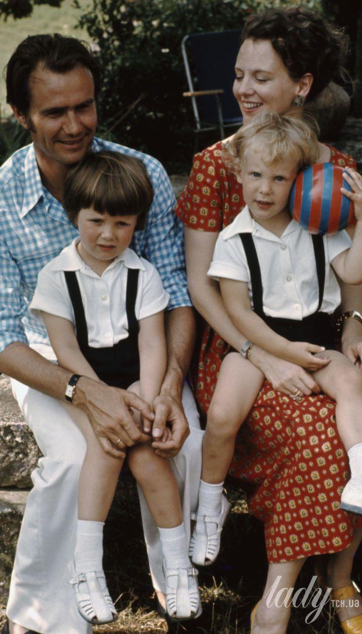 Королева Маргрете II з чоловіком і дітьми