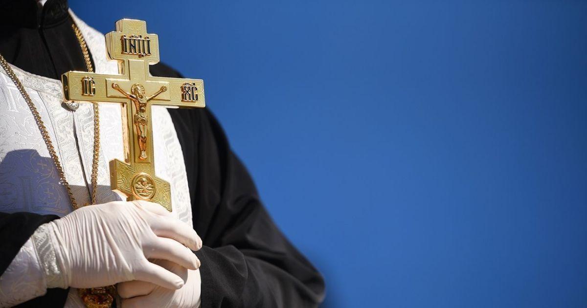 В Черновицкой области рассказали, как уладили ситуацию с зараженным коронавирусом священником, который планировал идти на службу