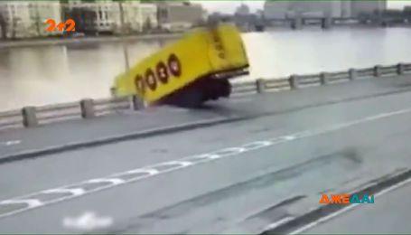 У Росії потонув далекобійник, який заснув за кермом та полетів у річку