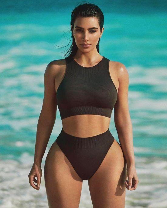 Сексапільна Кім Кардашян показала пишні стегна та осину талію у спортивних купальниках
