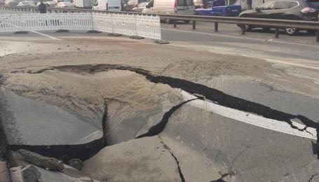 В Киеве на одной из ключевых транспортных артерий провалился асфальт