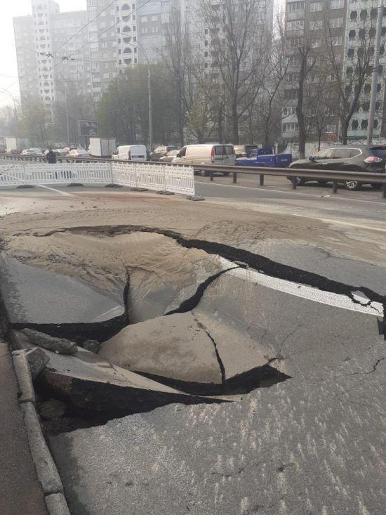 У Києві на одній з ключових транспортних артерій провалився асфальт