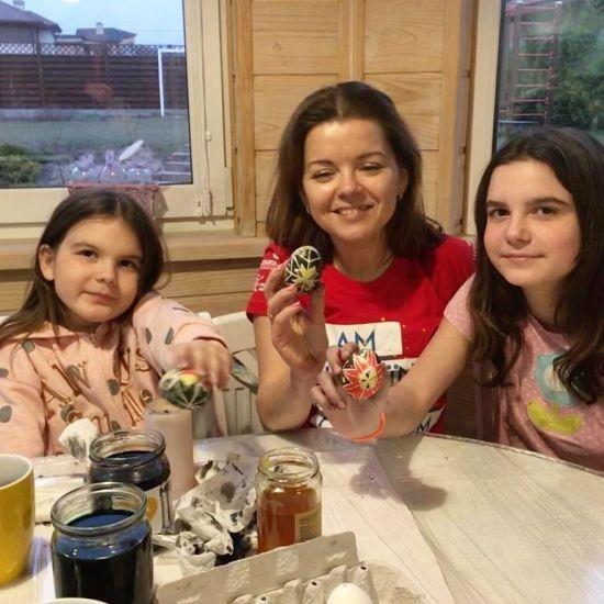 Марічка Падалко з дочками похизувалися вмінням розписувати писанки