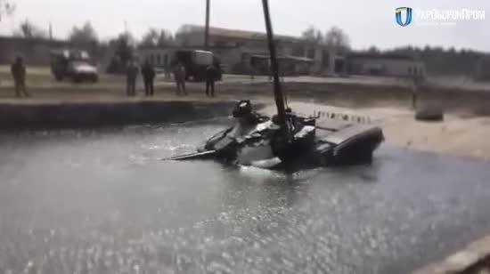Модернізований танк Т-72 занурився на п'ять метрів та проплив дистанцію під водою