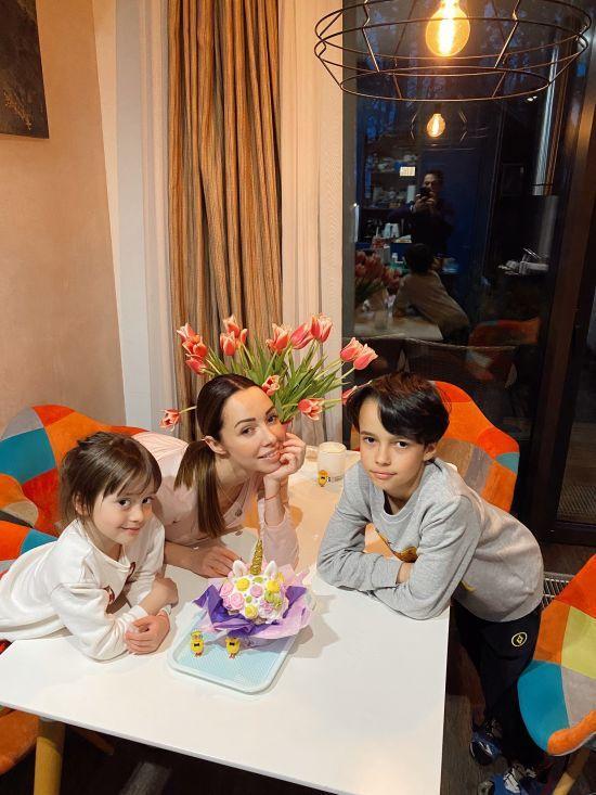 Катерина Кухар у себе вдома з чоловіком та дітьми показала підготовку до Великодня