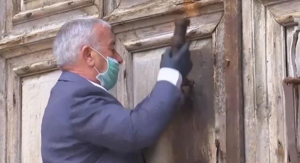 Відео - У масках та без вірян: як зустріли Страсну п'ятницю в ...