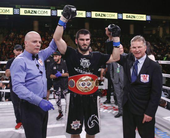 Російський боксер-чемпіон висловив бажання битися з Усиком