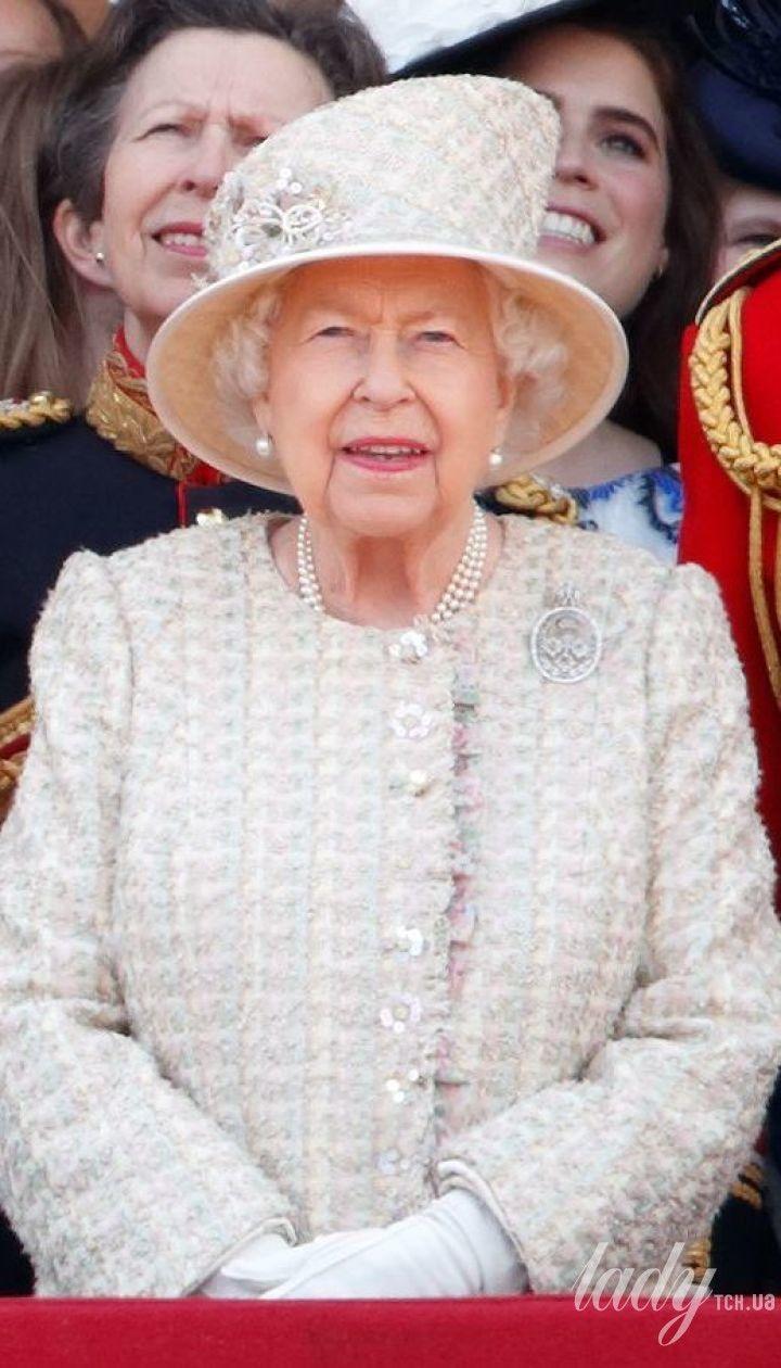 Королева Елизавета II с сыновьями Чарльзом и Эндрю