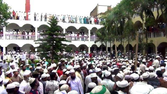 Карантин по-бангладешськи: на похорон ісламського лідера прийшло 100 тисяч людей