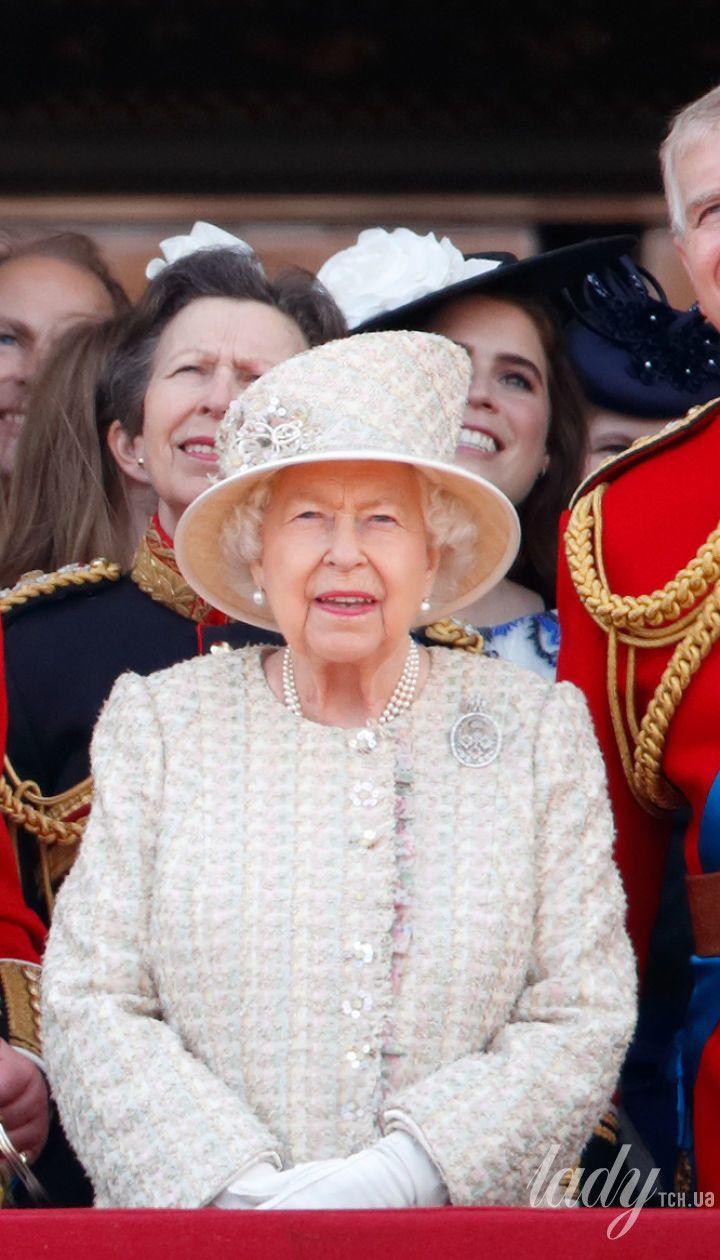 Королева Елизавета II с сыновьями