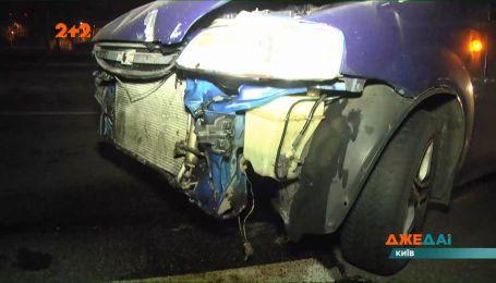 В Киеве водитель разбил свою машину, после махнул рукой на кучу металлолома и сбежал