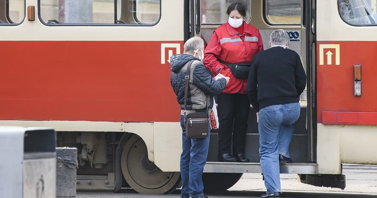 Автомобілі проти трамваїв: як боротися з порушниками, що блокують електротранспорт в Україні