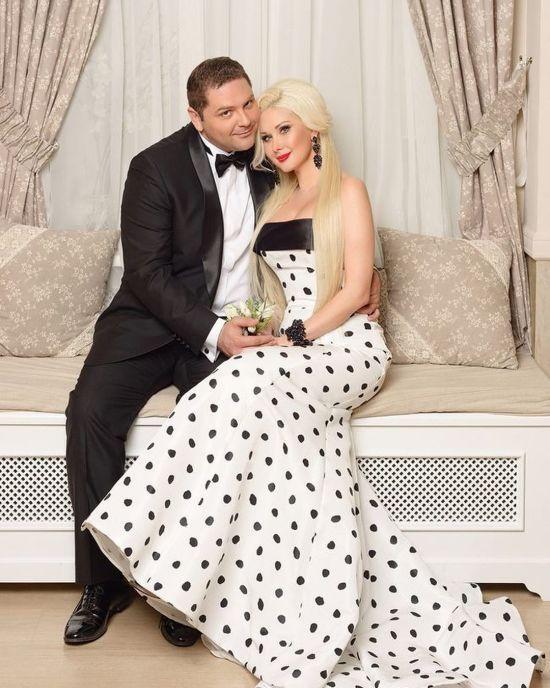 Катерина Бужинська в обіймах чоловіка привітала коханого з річницею весілля
