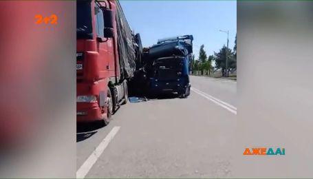 У Дніпрі масштабну ДТП влаштували дві вантажівки – одного водія забрали у лікарню