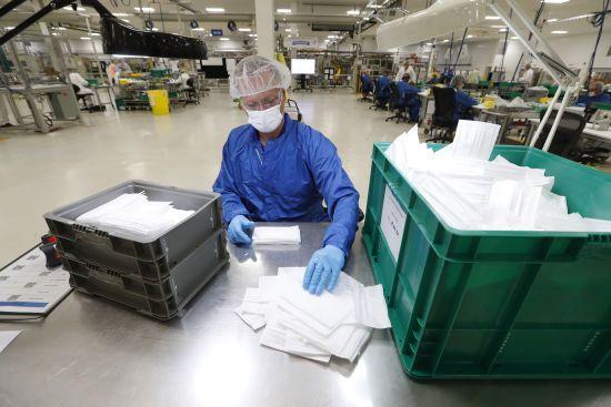 На вінницькій фабриці, де шиють захисні костюми для медиків, виявили коронавірус