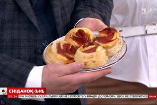 """Руслан Сенічкін випік їстівні трояндочки за рецептом глядачки """"Сніданку"""""""