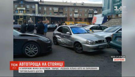 """В Запорожье женщина за рулем """"Порше"""" разбила несколько авто на парковке ТЦ"""