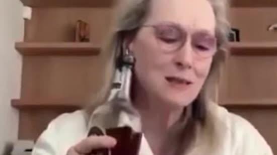 70-річна Меріл Стріп у лазневому халаті насмішила юзерів поведінкою з алкоголем