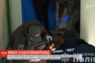 Два человека получили ранение в результате взрыва гранаты в многоэтажке Киева