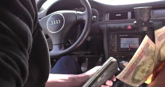 У Київській області зняли на відео, як поліцейські вимагали і отримали хабаря від водія