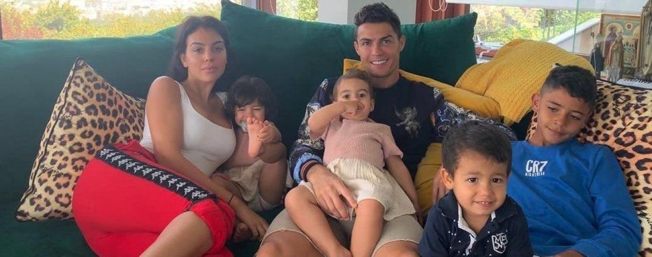 Семейный релакс: Роналду с невестой и детишками развлекся в бассейне