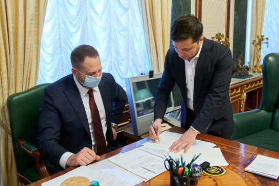 """""""Це історичний момент"""": Зеленський підписав закон про запуск ринку землі"""