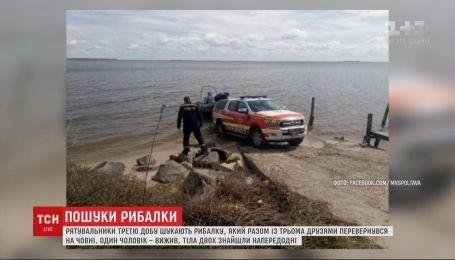Спасатели третьи сутки ищут рыбака, который вместе с тремя друзьями перевернулся на лодке