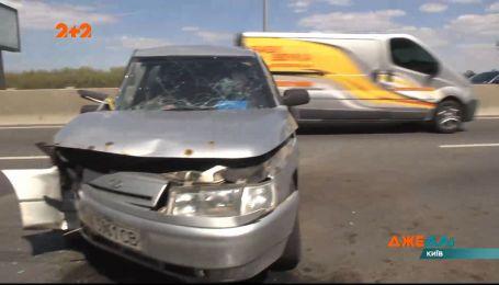 На столичном набережном шоссе столкнулись водители Range Rover и ВАЗ