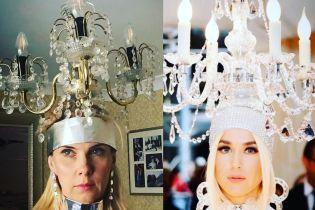 Люстра на голові та сукня з газети: прихильники моди на карантині відтворюють культові вбрання з Met Gala