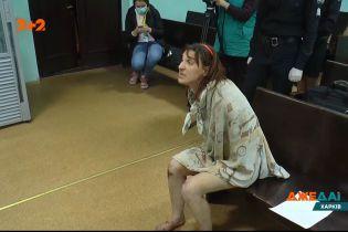 В Харькове задержали женщину, которая голой гуляла по городу с отрезанной головой своей дочери