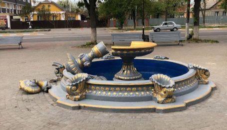 У Боярці доламали фонтан, на який видерлась і впала жінка з дитиною на плечах: відео