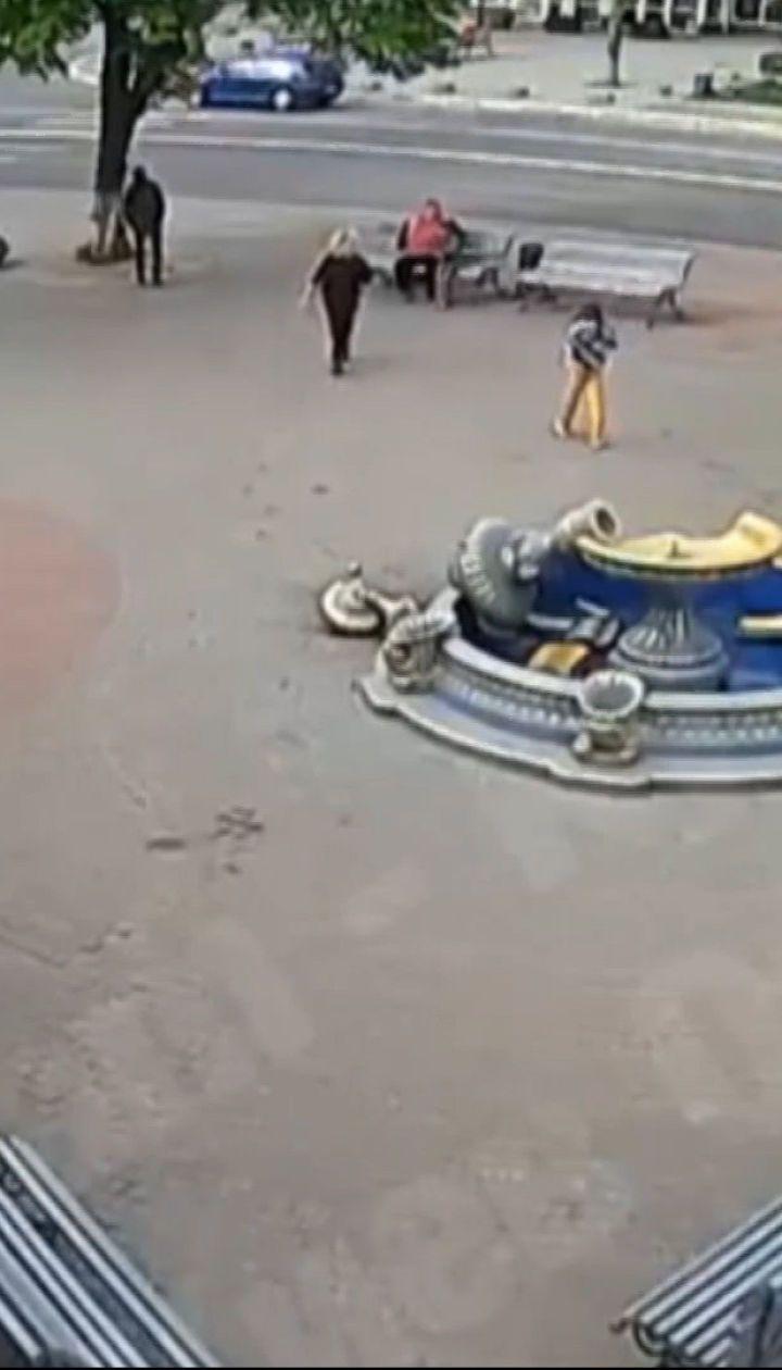 У Боярці дівчина вилізла на верхівку фонтану та зруйнувала його