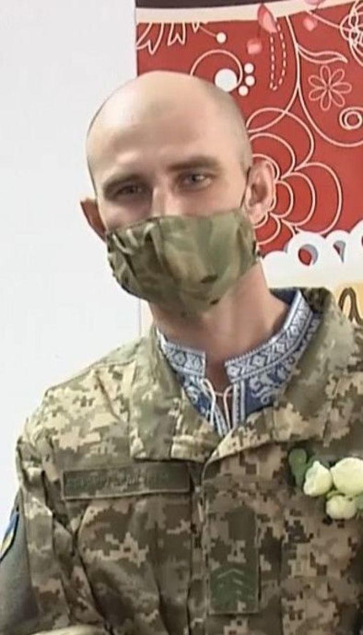 Раненый на Донбассе боец женился с любимой в военном госпитале