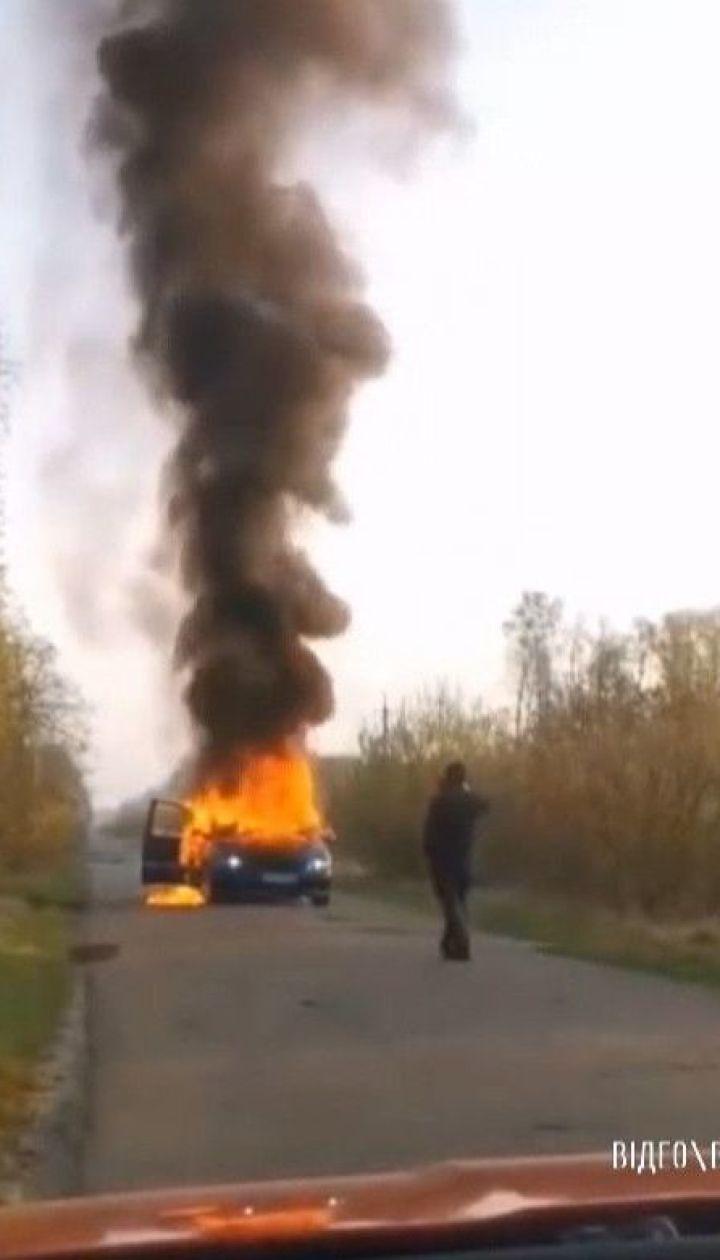 На Волині чоловік підпалив автівку з краденим дубом на очах у лісівників