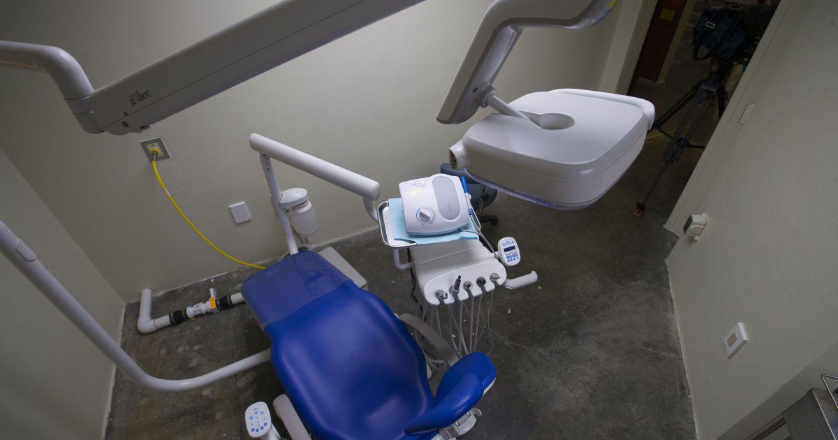 Зубна екзекуція: у Рівному лікарка-стоматологиня шарпала і лупцювала дітей та била їх головою об кушетку